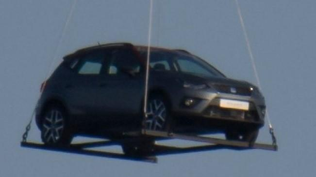 SEAT neuhlídal podobu nového SUV. Arona létala nad Barcelonou