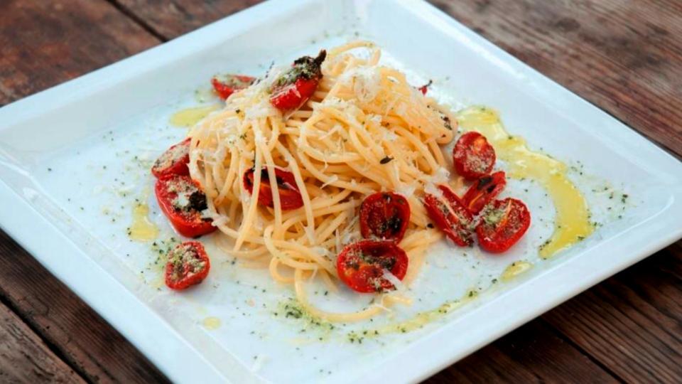 Spaghetti alla crema d' aglio con pomodorini al forno (Špagety s česnekovým krémem a zapečenými rajčaty)