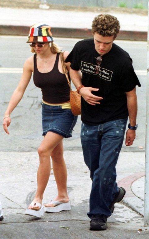 Britney ještě nebyla mamina a randila s Justinem. A nosily se tyhle hrozný platformy