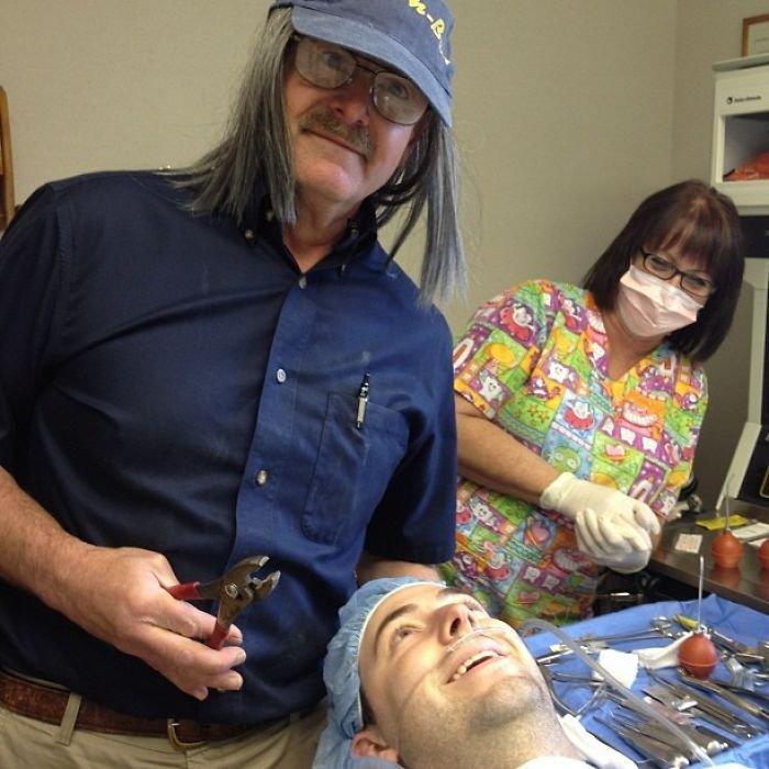 Zubař ho uspával na vyndání zubu moudrosti. Slíbil, že během operace pořídí vtipnou fotku... Takhle to dopadlo!