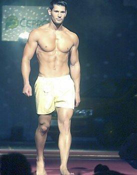 Muž roku 2004: Tomáš Rouha. Dámy prý při promenádě v plavkách u Tomáše vzdychaly. Není se čemu divit
