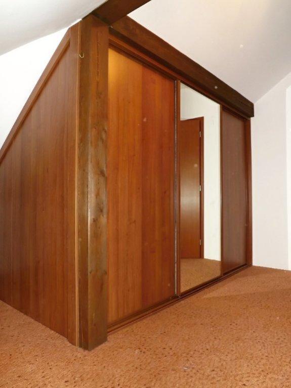 Šatnu si nechte vyrobit na míru do Vaší ložnice, i v případě podkrovních pokojů. FOTO: Vestavenky.cz