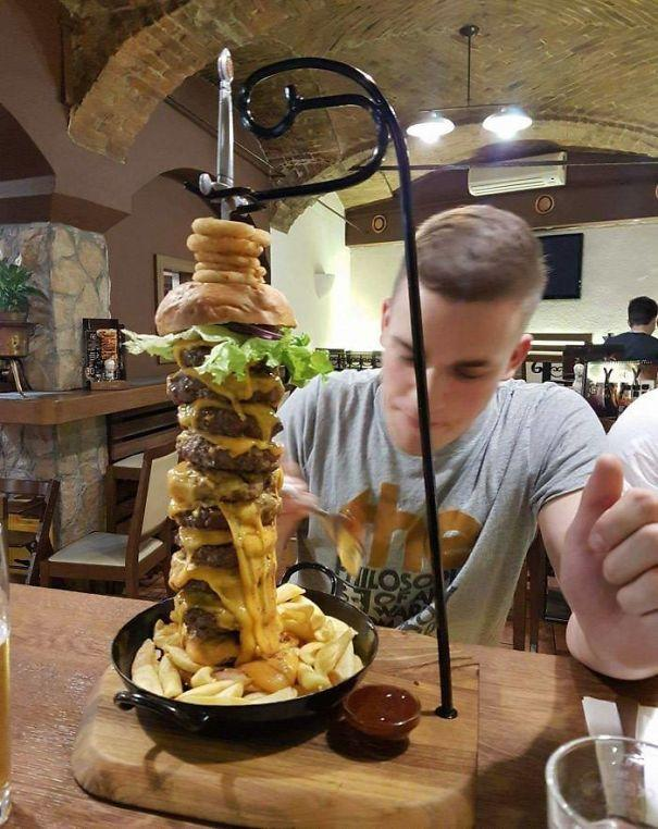 Ano, ten absurdní burger je propíchnutý mečem