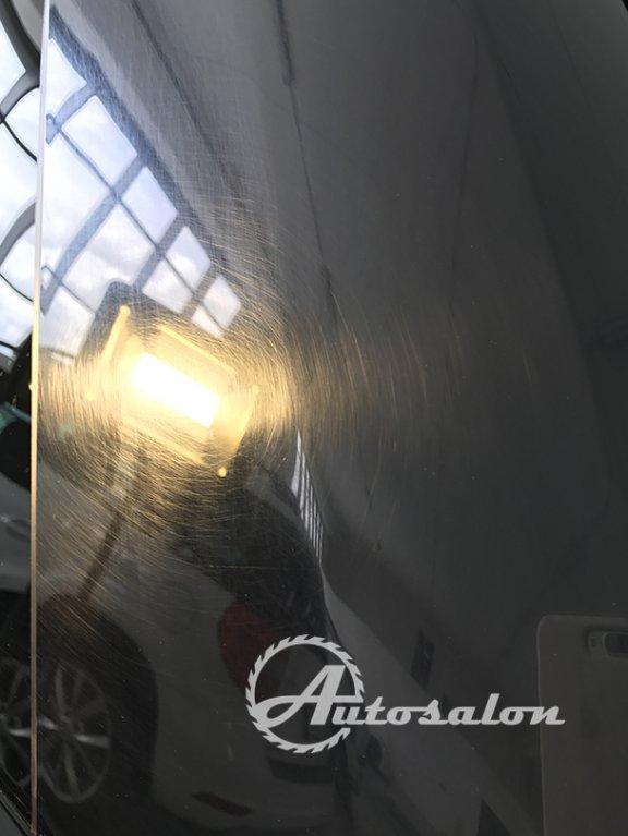 Sloupek automobilu poškozený od provozu a mytí