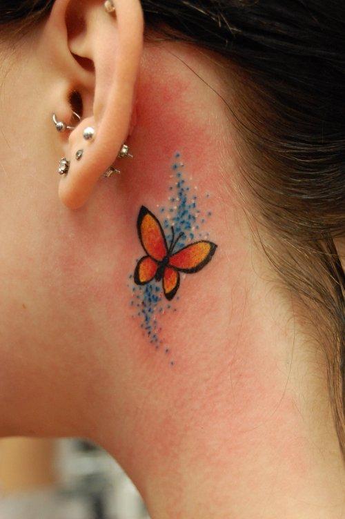 Tetování u uší se dá krásně zakrýt