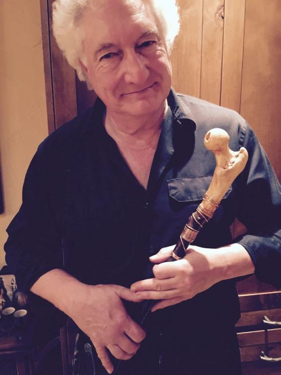 Domluvil si se svým doktorem, že mu věnuje jeho vyoperovaný kyčel a udělal si z něho hůlku