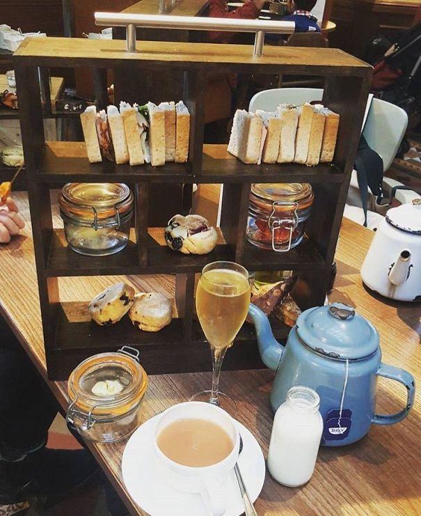 Anglické odpolední menu podávané v knihovničce