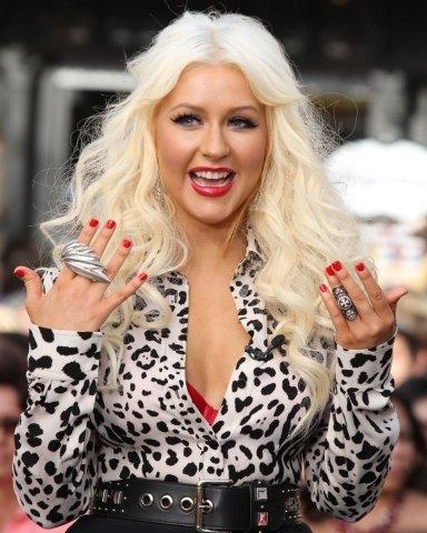 Zpěvačka Christina Aguilera se chlubí dvěma velkými prsteny