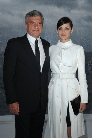 Prezident módního domu Christian Dior Sidney Toledano  a herečka Marion Cotillard