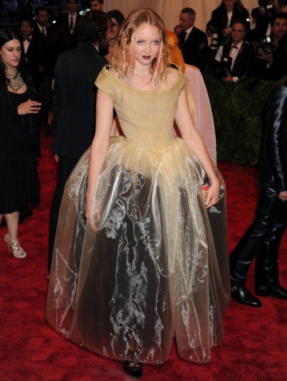 Modelka Lily Cole v šatech od Vivienne Westwood