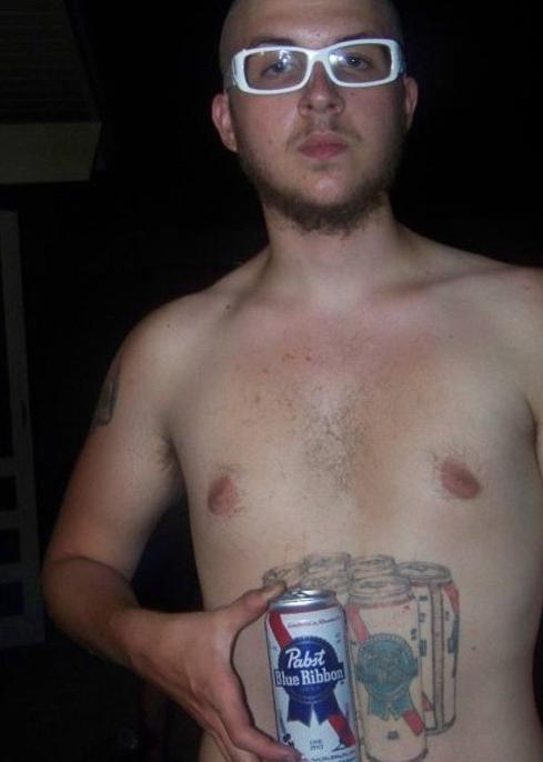 Pivo prostě patří do žaludku! Tento mladík svou lásku k pivu rozhodně neskrývá.