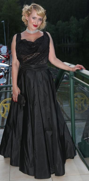 Herečka Miluše Bittnerová má velké vnady a tím, že si oblékla nařasené šaty, je ještě víc zdůraznila. Styl a la Marylin Monroe je sice fajn, ale v jejím případě začínáme pochybovat, že pánové mají skutečně radši blondýnky