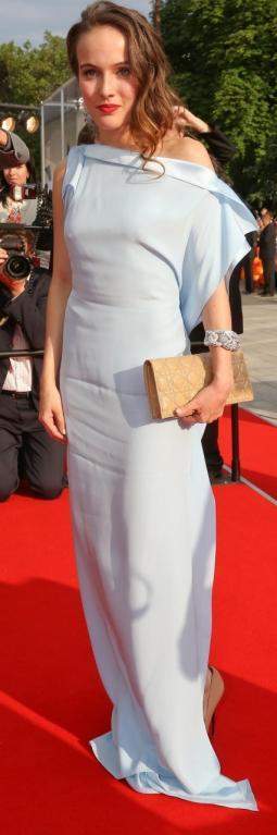 Nemůžeme si pomoct, ale máme pocit, že herečka Tereza Voříšková šla na červený koberec rovnou ze sauny a nechala si na sobě prostěradlo. Aspoň si ale vyfénovala vlasy a sladila kabelku s botama