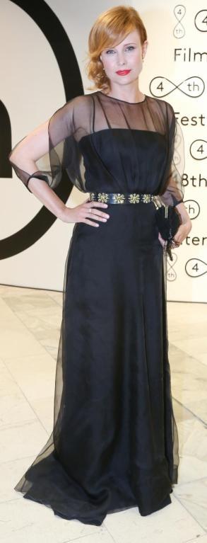 Herečka Jitka Schneiderová se obalila příliš velkým množstvím látky. V černém přeplácaném modelu vypadá usedle a její pověstný sexappeal se naprosto vytratil