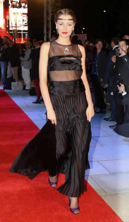 Šaty má Česká Miss 2012 Tereza Chlebovská docela hezké, ale vzhledem k tomu, že jí na hrudníku poněkud vlajou, výsledný efekt je spíše rozpačitý