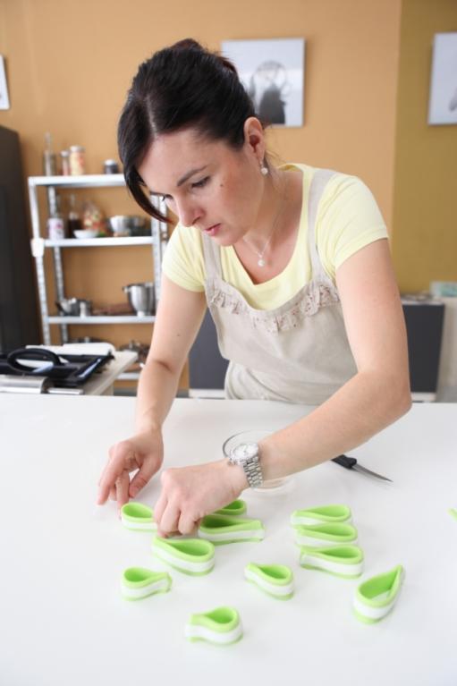 Markéta připravuje ozdobnou mašli