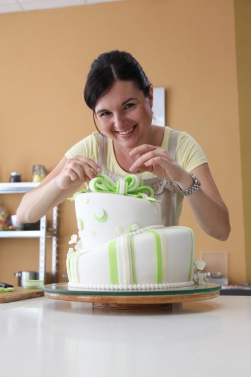 Při tvorbě dortu se Markéta evidentně dobře bavila