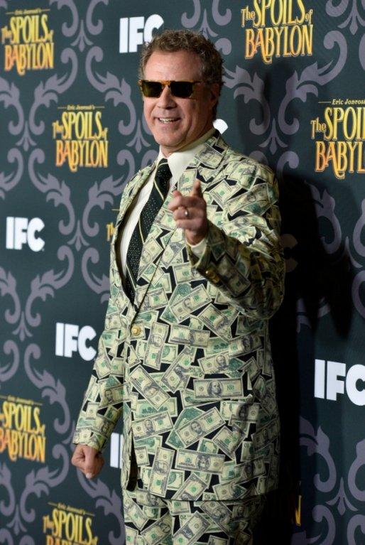 Herec Will Ferrell byl opět středem pozornosti v odvážném obleku s americkými dolary na losangeleské premiéře seriálu The Spoils Of Babylon.