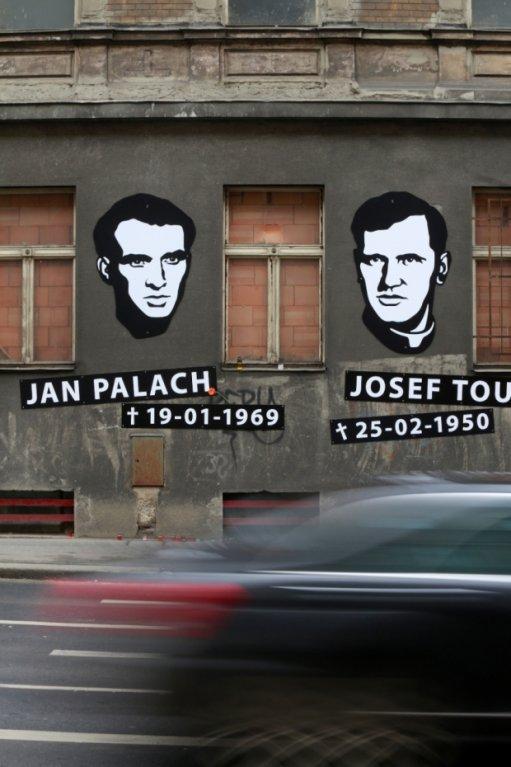 Budovu bývalého Borůvkova sanatoria v pražské Legerově ulici zdobí portréty Jana Palacha a Josef Toufara. Právě tam oba muži zemřeli. Designér Otakar Dušek je ale na fasádu domu nainstaloval bez povolení úřadů.