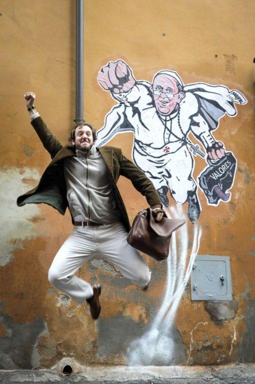 Na fasádě jednoho domu v Římě nedaleko Vatikánu se objevilo graffiti papeže Františka stylizovaného do role Supermana. Autorem obrázku je italský streetartový umělec Mauro Pallotta.