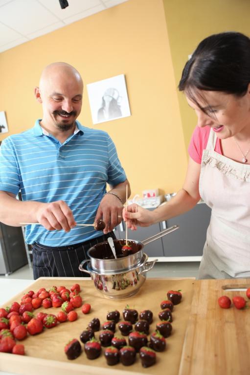 Michal s Markétou se vrhají na jahody