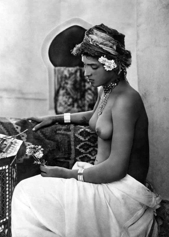 Akt arabské nebo beduínské dívky z počátku 20. století
