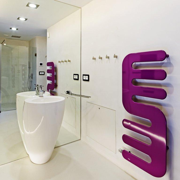 Zde ovšem prostor rozehrává výrazný růžovofialový radiátor značky Cordivari Hand