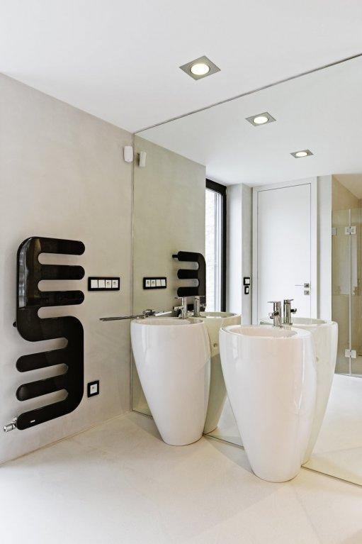 Ani v této koupelně není narušená základní černobílá koncepce