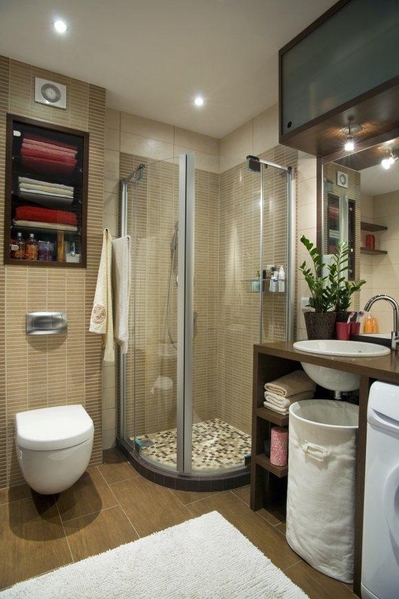 Sprchový kout oddělte skleněnými dveřmi a použijte poličky ve zdi ať máte vše potřebné na dosah ruky.