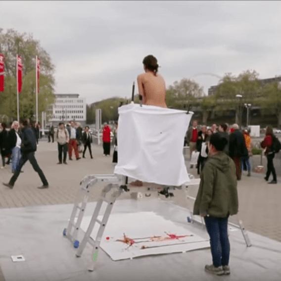 Umělkyně malovala na veřejnosti pomocí vajíček vytlačených z vaginy