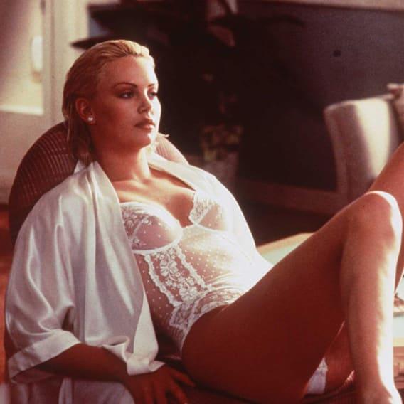 Charlize Theron ve filmu Drsný a drsnější