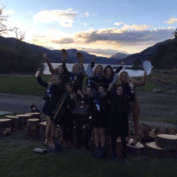 Co je na skupinové fotce žen tak děsivého?