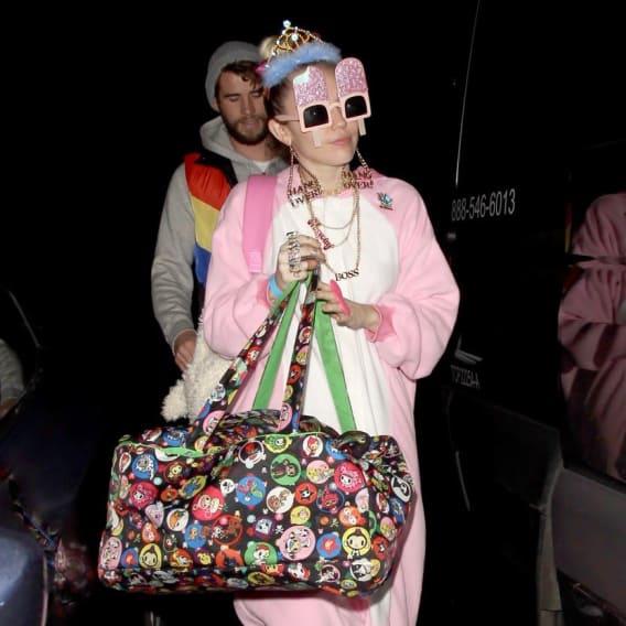 Miley Cyrus jde v bizarním oblečku na oslavu narozenin svého snoubence.