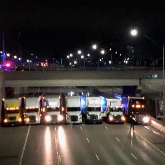 Řidiči kamionů zabránili muži skočit z mostu