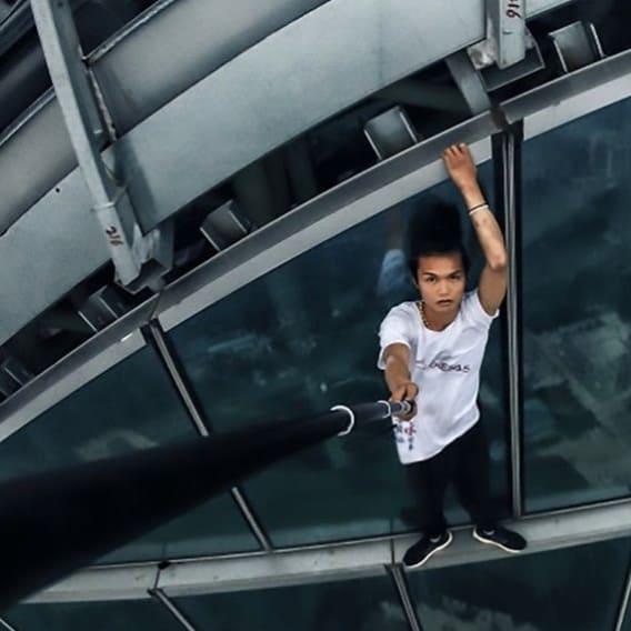 Muž umřel při pádu z mrakodrapu 2