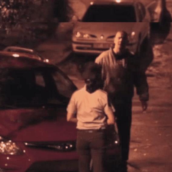 Česká policistka proti třem mužům