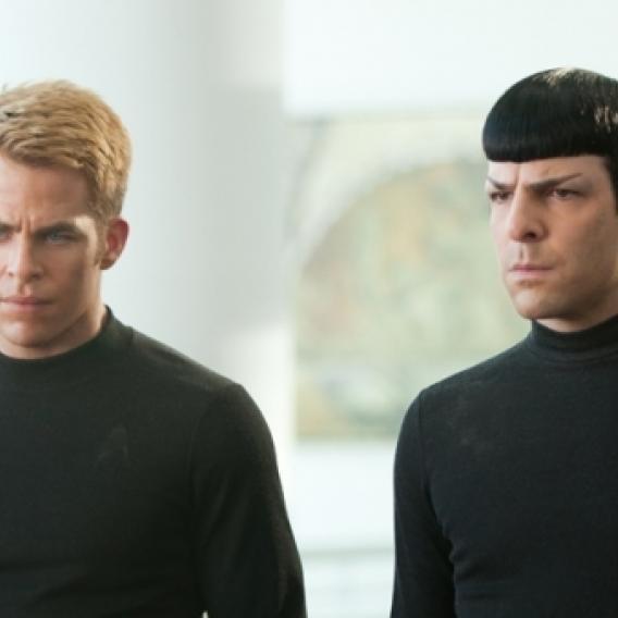 Chris Pine jako kapitán Kirk s populárním Zacharym Quintem v roli Spocka ve filmu Star Trek: Do temnoty