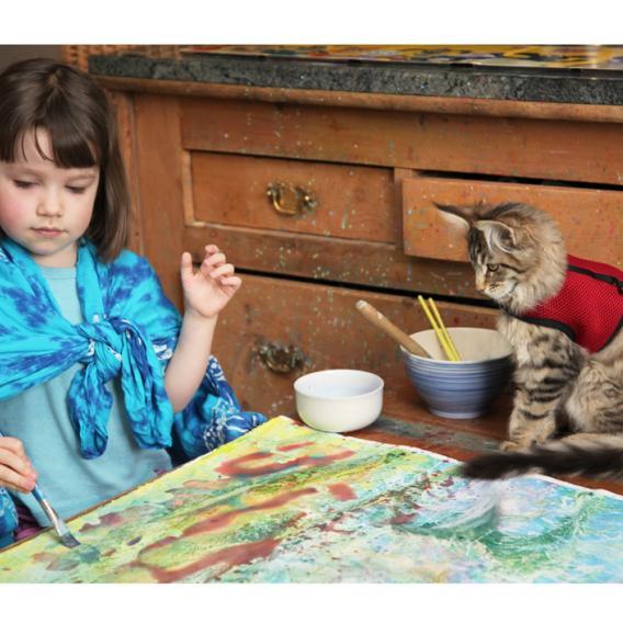 Thula na malou Iris dává pozor i při malování