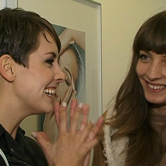 Video VIP zprávy: Miss Kratochvílová si před nadcházející soutěží Miss Universe nechala vybělit zuby. Na pomoc si s sebou vzala na kliniku svou o dva roky starší sestru. Proč?