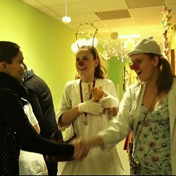 Video VIP zprávy: Vlaďka Erbová s Tomášem Řepkou dělali Ježíška v nemocnici