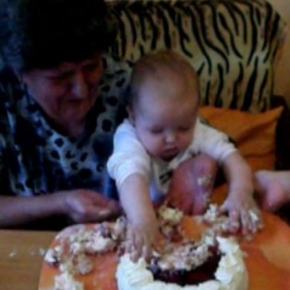video Divácké zprávy: Batole má z dortu obrovskou radost!