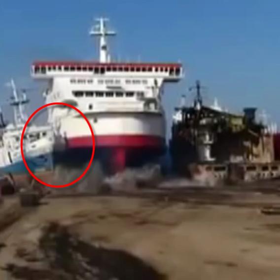 Video VIP zprávy: Kapitánovi se tenhle parkovací manévr jaksi nevyvedl...