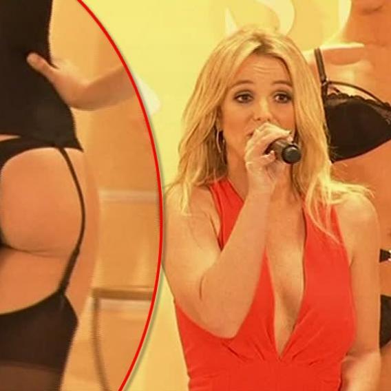 Video VIP zprávy: Britney Spears a její kolekce spodního prádla, kterou prezentovala na newyorském fashion weeku