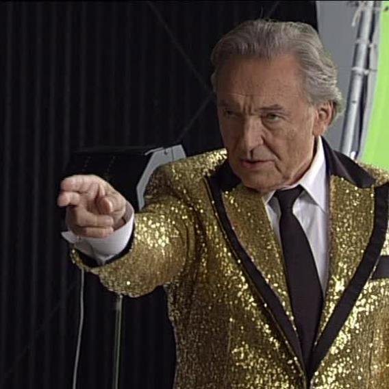 Video VIP zprávy: Karel Gott v saku á la Elvis Presley