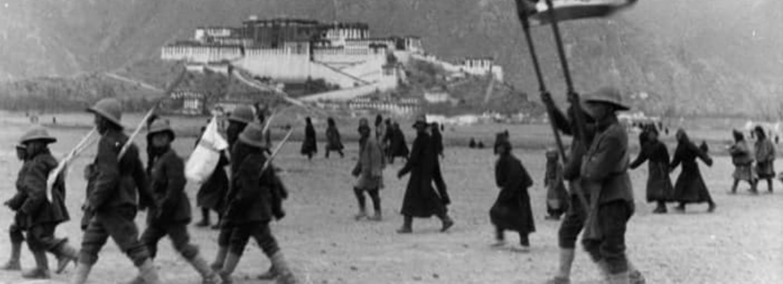 Tibetští bojovníci pod Potalou