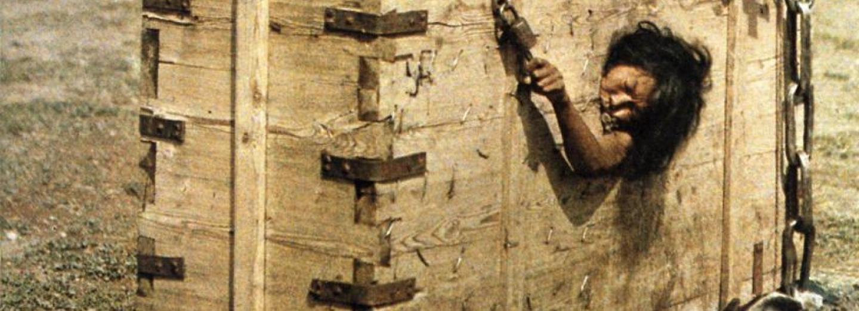 Mongolská žena trýzněná v dřevěné krabici