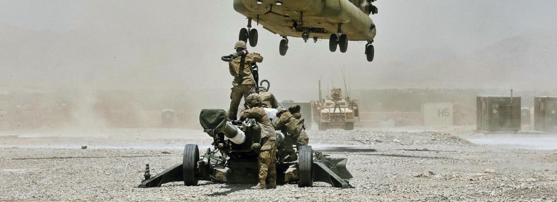 Američtí vojáci čekají na přistávající CH-47 Chinook