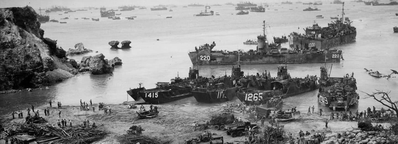 Americké vyloďovací čluny vykládají zásoby na pobřeží Okinawy
