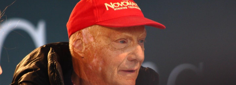 Niki Lauda málem zemřel v plamenech, nakonec ale přežil Jamese Hunta o čtvrt století