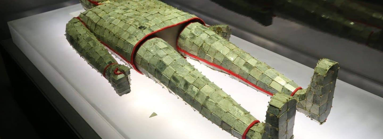 Nefritový pohřební oblek čínského císaře Ťing-ti tvoří asi 4000 nefritových destiček sešitých 1,5 kg vážící zlatou nití